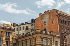 Alte gelbe und orange Häuser in der Mitte von St Petersburg Stockfotografie