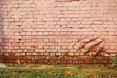 Alte gemalte Backsteinmauer und konkreter Boden Stockfotografie