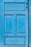 Alte gemalte blaue Holztür für Hintergründe Lizenzfreie Stockfotos