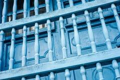 Alte gemalte blaue Stangen Stockfotografie