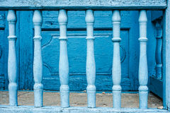 Alte gemalte blaue Stangen Stockbilder