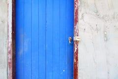 Alte gemalte blaue Tür Lizenzfreie Stockbilder