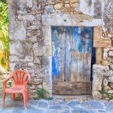 Alte gemalte blaue Tür auf der alten Steinwand, Griechenland Stockbilder