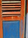 Alte gemalte Fensterläden mit Luftschlitzen Lizenzfreie Stockfotografie
