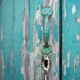 Alte gemalte Tür mit Griff und Schlüsselloch Stockfotografie