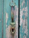 Alte gemalte Tür mit Griff und Schlüsselloch Stockfoto