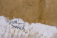 Alte gemalte Wand-Beschaffenheit mit Graffiti-Tag stockbilder