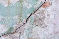 Alte gemalte Wand Grüne und rosa Schadenoberfläche Schalenfarbenhintergrund Stein demaged Hintergrund Lizenzfreie Stockfotos