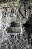 Alte germanische Runen auf der Wand der Höhle Stockbild