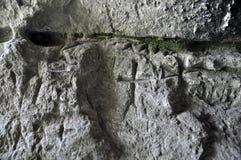 Alte germanische Runen auf der Wand der Höhle Lizenzfreies Stockfoto