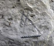 Alte germanische Runen auf der Wand der Höhle Stockfoto