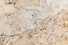 Alte geschädigte gelbe Betonmauerbeschaffenheit Stockfotos