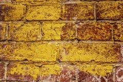 Alte geschädigte und beunruhigte Backsteinmauerbeschaffenheit Rote und orange gemalt Schmutzoberfläche Stockfotos
