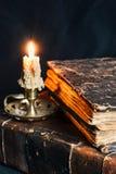 Alte geschlossene Bücher in der ledernen Abdeckung mit Kerze Stockfotos