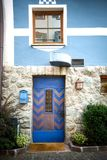 Alte geschlossene blaue Tür Stockfoto