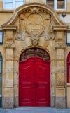 Alte geschlossene rote Tür stockbilder