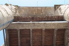 Alte geschnitzte Beschriftung auf einem hölzernen Brett auf der Arnolfo-Turmdachspitze von Palazzo Vecchio, Florenz, Toskana, Ita Stockbilder