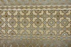 Alte geschnitzte Blume auf Marmor und Spiegeln in Hall von Tausendespiegeln, Amber Fort nahe Jaipur, Rajasthan, Indien Lizenzfreies Stockfoto