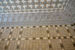 Alte geschnitzte Blume auf Marmor und Spiegeln in Hall von Tausendespiegeln, Amber Fort nahe Jaipur, Rajasthan, Indien Lizenzfreies Stockbild