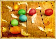 Alte geschnitzte Postkarte des Schmutzes mit den Eiern, zum von Ostern zu feiern Stockfoto