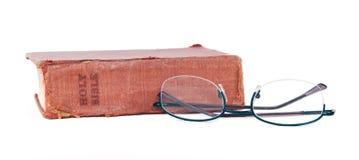 Alte getragene Bibel und Lesegläser Lizenzfreies Stockbild