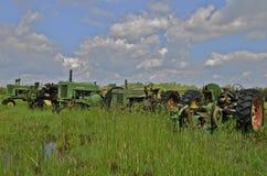 Alte getragene heraus John Deere-Traktoren Stockfotos