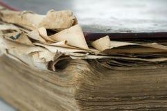 Alte getragene Papierblätter des Buches Stockfotografie