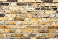 Alte getragene städtische Backsteinmauer mit verschiedenen Fliesen Lizenzfreie Stockfotos