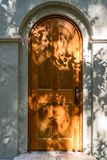 Alte gewölbte Tür stockfotografie