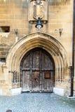 Alte gewölbte hölzerne mittelalterliche Tür mit Blazon Lizenzfreies Stockbild