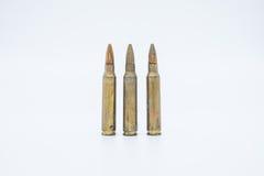 Alte Gewehrpatronen 5 56 Millimeter auf einem weißen Hintergrund Stockfotografie