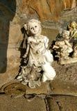 Alte geworfene oben Statue des weißen Engels Stockfotografie