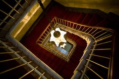 Alte gewundene Treppen lizenzfreie stockfotos