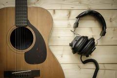 Alte Gitarre auf dem hölzernen Hintergrund Lizenzfreie Stockfotos