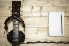 Alte Gitarre auf dem hölzernen Hintergrund Stockfotografie