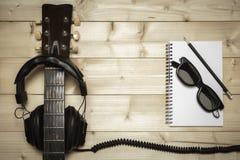 Alte Gitarre auf dem hölzernen Hintergrund Stockfoto