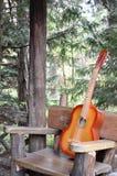 Alte Gitarre auf einer Natur Lizenzfreies Stockbild