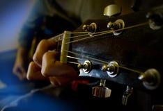 Alte Gitarre in den Händen Lizenzfreie Stockfotografie