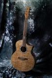 Alte Gitarre im Studio Lizenzfreies Stockfoto