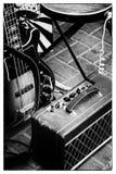 Alte Gitarre und Verstärker Stockbild