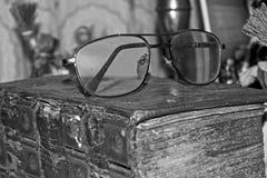 Alte Gläser auf der Bibel 1 Stockfoto