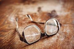 Alte Gläser auf Holzoberfläche Stockfotografie