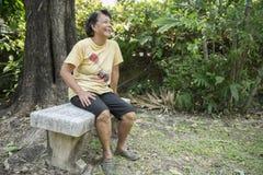 Alte glückliche Frauen, die im Park lachen Lizenzfreie Stockfotos