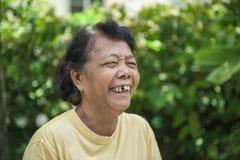 Alte glückliche Frauen, die im Park lachen Lizenzfreie Stockbilder