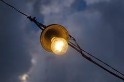 Alte Glühlampe auf dem Himmel Stockbilder