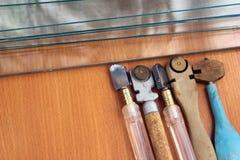 Alte Glasschneider und Glasblatt auf hölzernem Hintergrund Lizenzfreie Stockfotografie