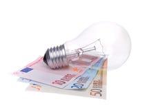 Alte Glühlampe und Geld. Stockfotos