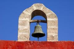 Alte Glocke, die am Steinbogen hängt Stockfotos
