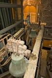 Alte Glocken innerhalb des Stadtturms von Judenburg lizenzfreies stockfoto