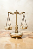 Alte goldene Skala Weinlesebalancenskalen Skalabalance Antikenskalen, Gesetz und Gerechtigkeitssymbol Lizenzfreie Stockbilder
